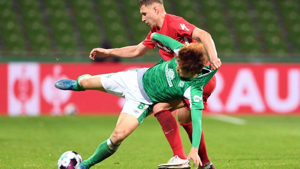 Im DFB-Pokal-Halbfinale vor wenigen Tagen liefernsich Bremens Osako (vorn) und Leipzigs Orban einen Zweikampf
