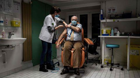 Einem älteren Mann wird ein Impfstoff gegen das Coronavirus verabreicht