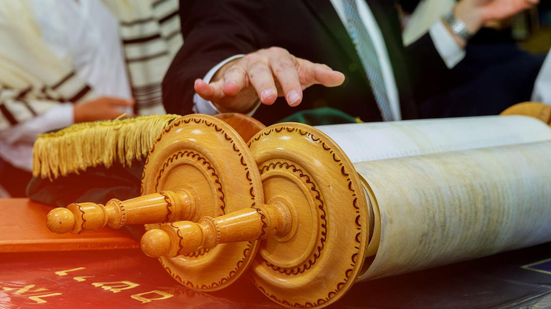 Rabbi mit Tora-Schriftrollen