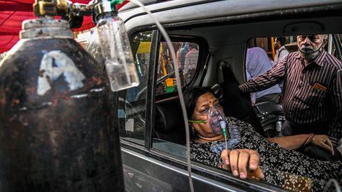 In Delhi verteilt ein Sikh-Tempel Sauerstoff an Covid-Kranke, die wie diese Frau keinen Platz im Krankenhaus finden