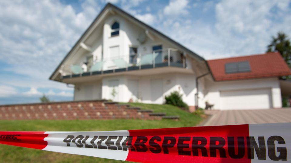 Mit Flatterband  ist der Bereich vor dem Haus des ermordeten Kasseler Regierungspräsidenten Lübcke abgesperrt