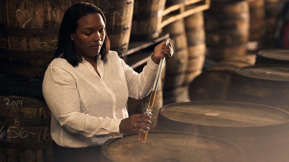 Trudian Branker arbeitet seit 2014 bei Mount Gay und ist seit 2019 Master Distillerin.