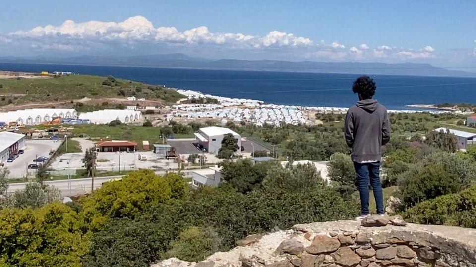 Von einem Hügel blickt Milad Ebrahimi auf die Zeltreihen des neuen Lagers für Geflüchtete auf Lesbos.