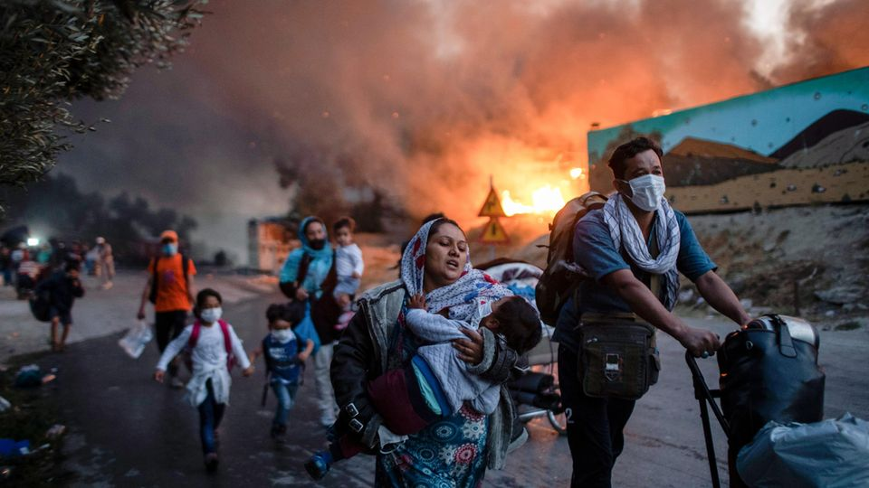 Eine Gruppe Geflüchteter flieht am 9. September 2020 aus dem brennenden Lager Moria auf der griechischen Ägäis-Insel Lesbos.