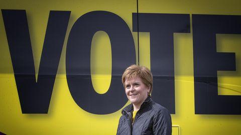 Nicola Sturgeon steht neben dem Wahlkampfbus der Partei während des Wahlkampfes für die schottischen Parlamentswahlen