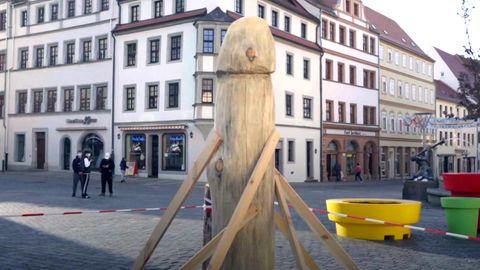 Penis oder strammer Spargel? Holzskulptur auf Torgauer Marktplatz sorgt für Aufsehen.