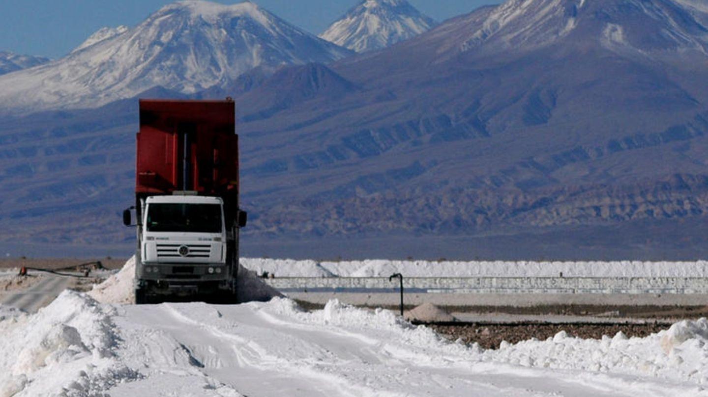 Ein LKW fährt durch den Salar de Atacama in Chile