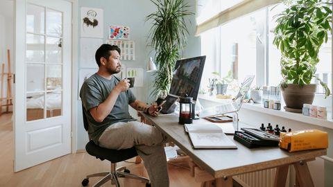 Mann am Schreibtisch im Homeoffice