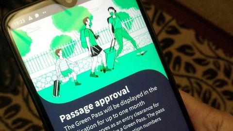 """Der sogenannte """"Grüne Pass"""" auf einem Smartphone– hier die israelische Version des digitalen Corona-Zertifikates"""