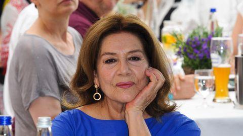 Hannelore Elsner auf einen Porträtfoto, sie trägt ein blaues Top