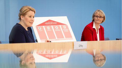 Franziska Giffey (l., SPD), Bundesfamilienministerin, undAnja Karliczek (CDU), Bundesbildungsministerin
