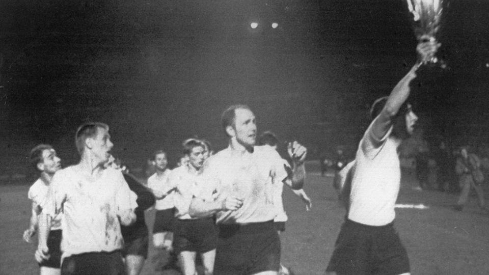 Lothar Emmerich von Borussia Dortmund hält den Pokal in die Höhe