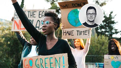 Junge Menschen mit Plakaten zum Klimaschutz