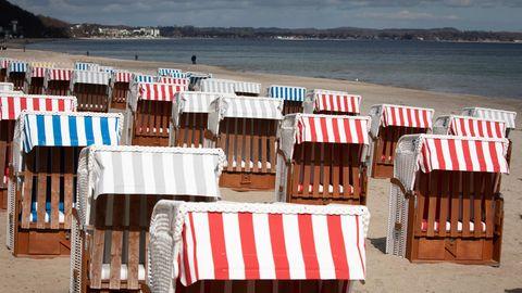 Strandkörbe stehen auf dem fast menschenleeren Strand in Timmendorfer Strand an der Ostsee
