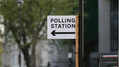 """Ein Schild mit der Aufschrift """"Polling Station"""" (""""Wahllokal"""")"""