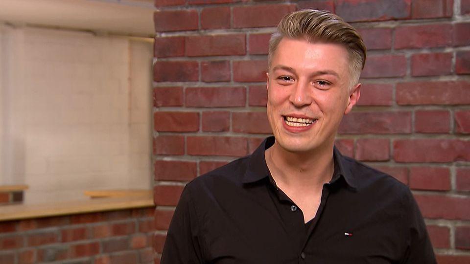 Daniel Wruß steht im Studio von Bares für Rares in Pulheim