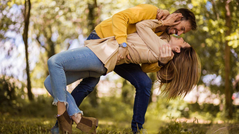 Ein glückliches Paar. Er fängt sie in seinen Armen auf.