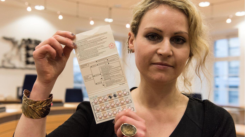 Die 31-jährige Felicitas Rohrer hält eine Packung der Yasminelle-Pille in die Kamera