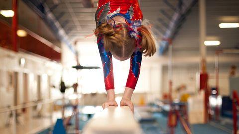 Ein Mädchen auf einem Schwebebalken: Aktive fordern einenationale Strategie gegen Gewalt und Missbrauch im Sport