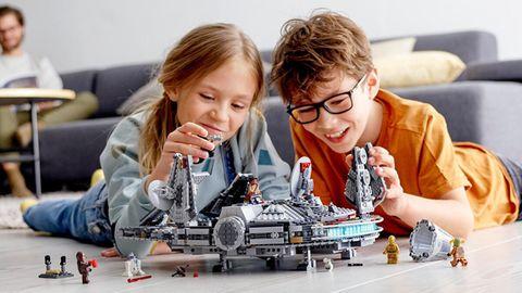 Lego Star Wars: Zwei Kinder spielen mit dem Millennium Falcon