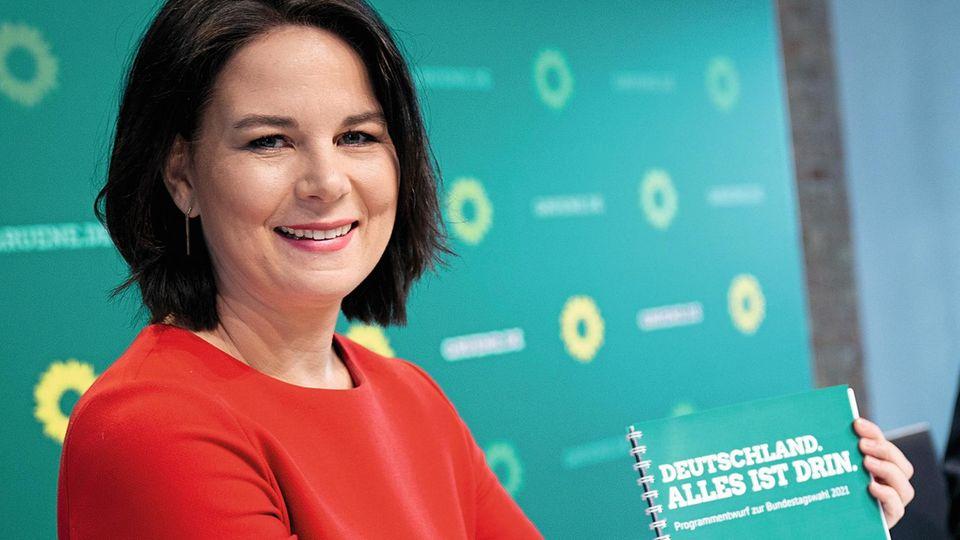 Grünen-Kanzlerkandidatin Annalena Baerbock mit Grünen-Parteiprogramm