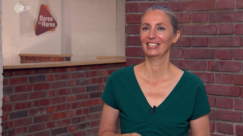 Eine glückliche Verkäuferin steht im Studio von Bares für Rares in Pulheim