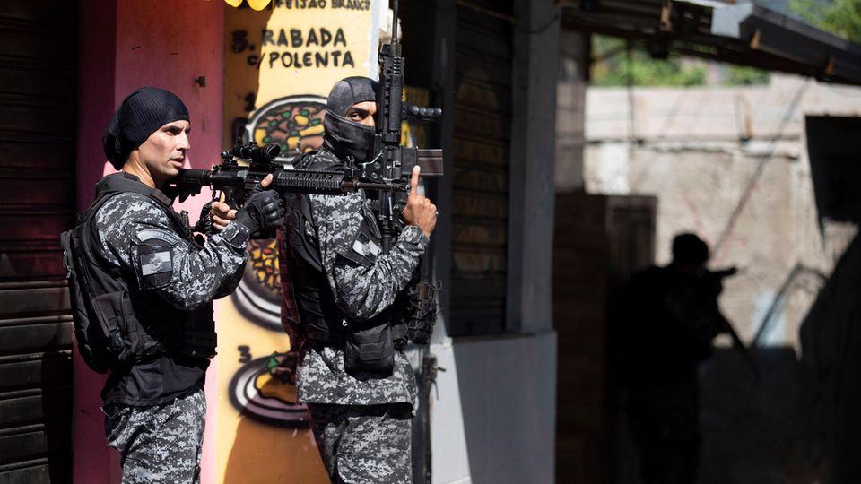 Die Polizei führt einen Einsatz gegen mutmaßliche Drogenhändler in der Favela Jacarezinho durch