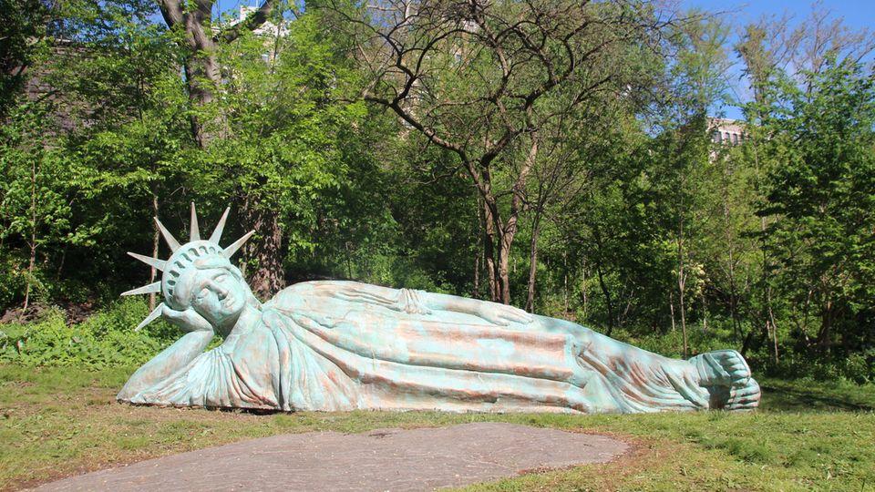 """Die neue """"Lady Liberty"""" liegt gestützt auf eine Hand im Morningside Park"""