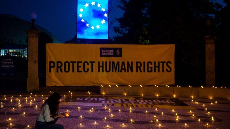 Vor dem EU-Gipfel in Porto hält Amnesty International eine Mahnwache für die Menschenrechte in Indien