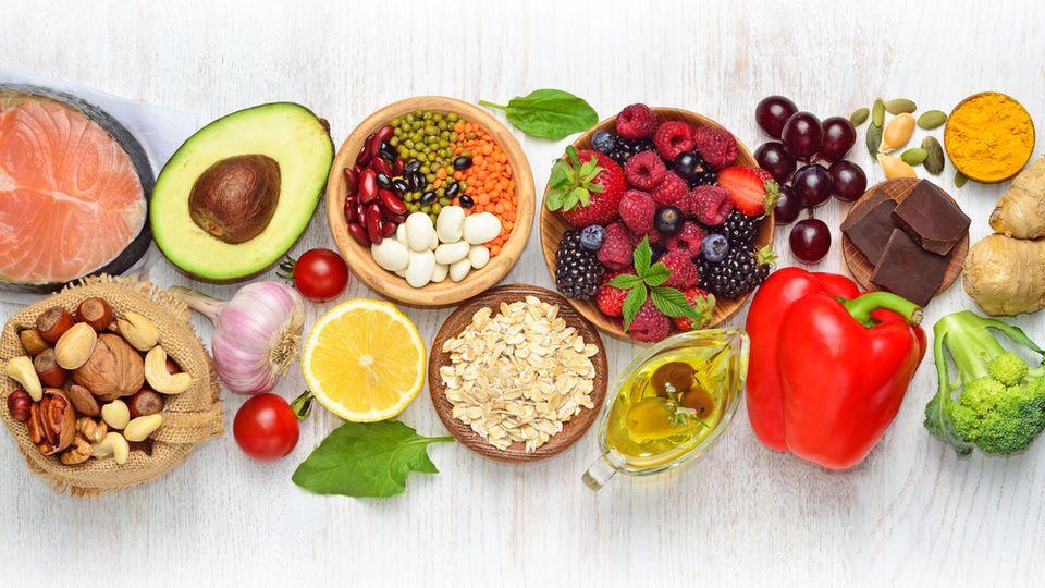 Früchte, Fisch, Nüsse liegen auf dem Tisch