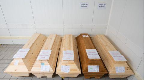 Niedersachsen, Giesen: Särge von Verstorbenen, die mit oder an dem Corona-Virus gestorben sind, stehen im Krematorium