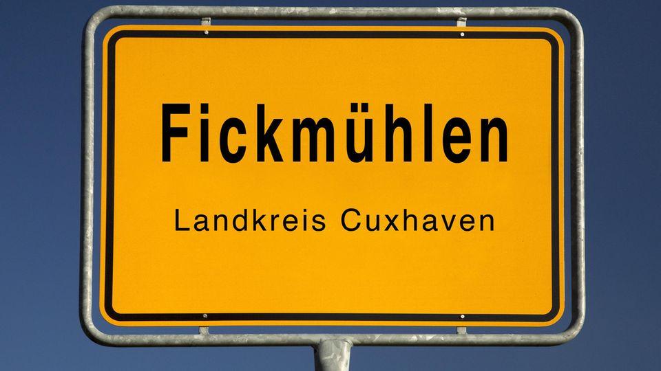 Das Ortsschild von Fickmühlen im Landkreis Cuxhaven in Schleswig-Holstein