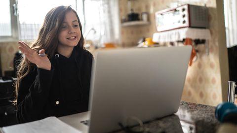 Laptop für Schüler: Ein Mädchen sitzt vor Laptop und nimmt am Unterricht teil.