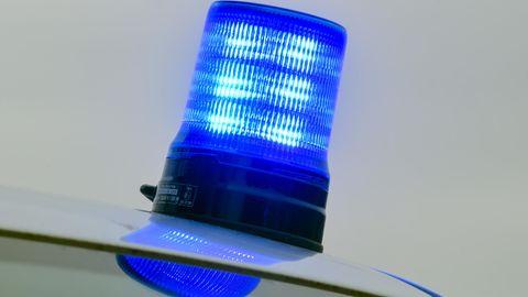 Ein Blaulicht steht auf dem Dach eines zivilen Fahrzeugs der Polizei
