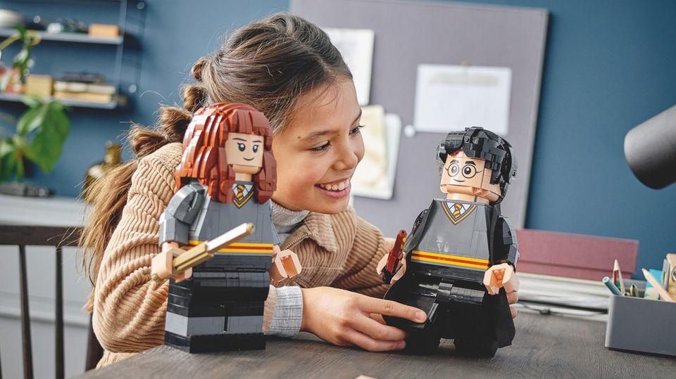 Lego aktuell: Mädchen spielt mit Lego-Versionen von Hermine und Harry
