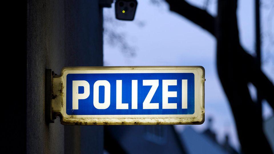 """Ein Schild mit der Aufschrift """"Polizei"""""""