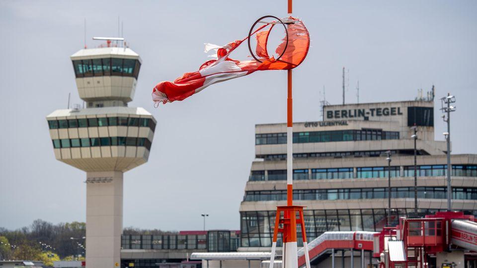 Wird seit einem halben Jahr nicht mehr angeflogen: Eine kaputte Windhose am Berliner Flughafen Tegel (TXL)