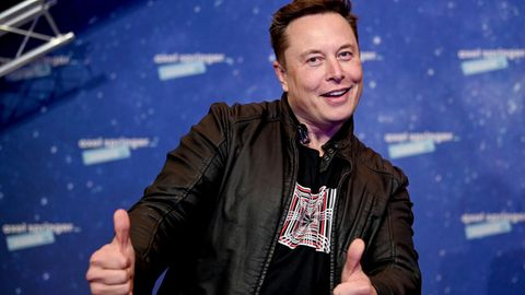 Elon Musk hebt die Daumen im Dezember 2020 bei den Axel Springer Awards, wo er einen Preis bekam