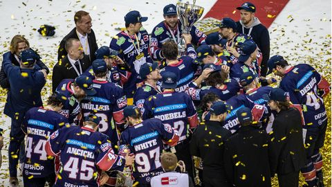 Spieler der Eisbären Berlin bejubeln die Eishockey-Meisterschaft