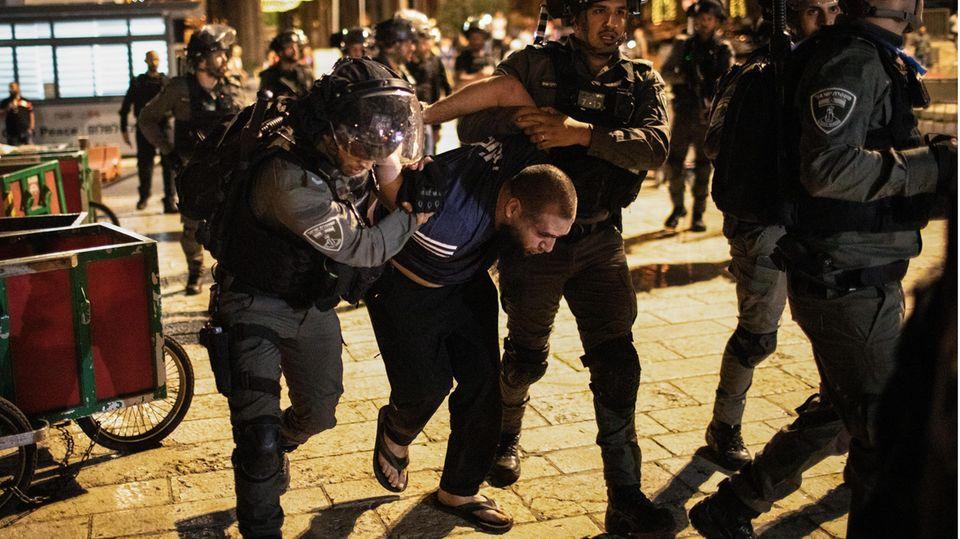 Israelische Sicherheitskräfte verhaften einen Mann