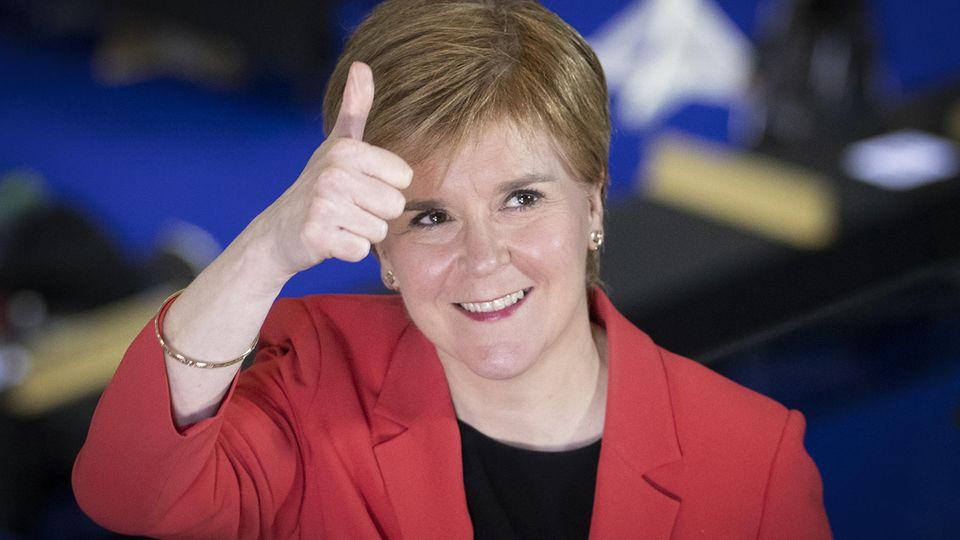 Schottlands Regierungschefin Nicola Sturgeon hält den Daumen hoch