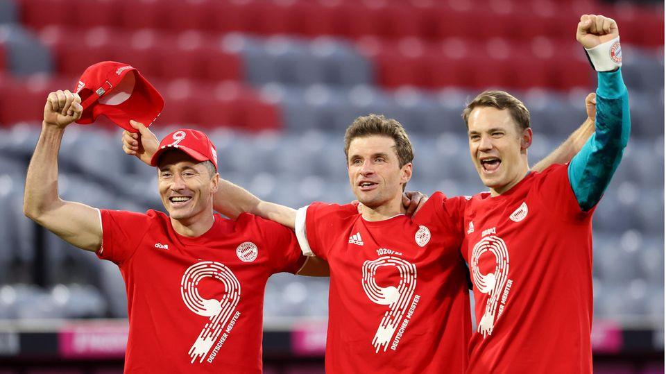 In roten T-Shirts mit einer 9 darauf jubeln drei Fußballer des FC Bayern München über die 9. Deutsche Meisterschaft in Folge