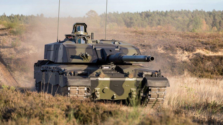 Ein Kampfpanzer fährt durchs Gelände