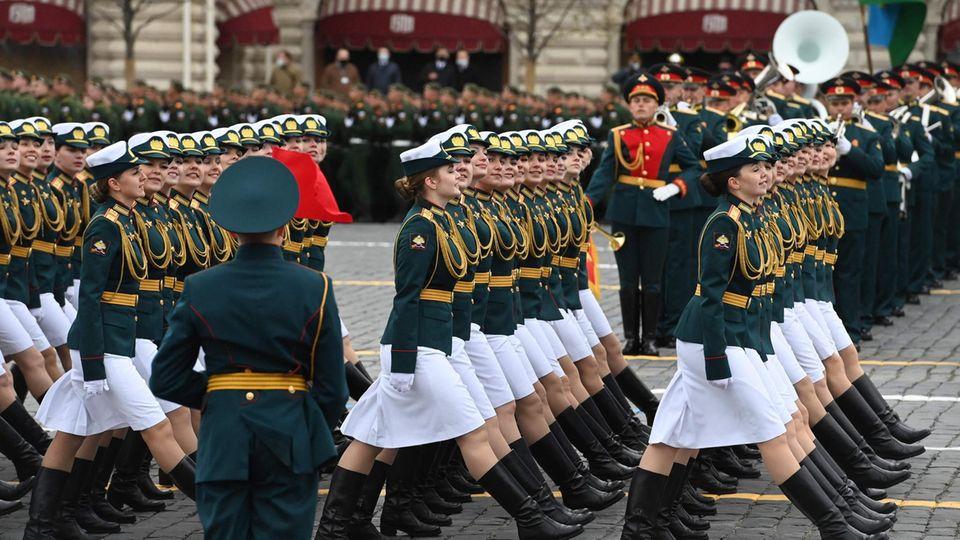 Moskau, Russland:Im vergangenen Jahr fiel die Parade zum Sieg über Nazi-Deutschland wegen der Corona-Pandemie bescheiden aus. 2021 wird wieder in voller Stärke marschiert.