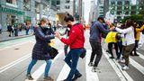 New York City, USA:Menschentanzen auf der Straße. So protestierensie gegen einegeplante Steuerreform – allerdings nicht der amerikanischen, sondern der kolumbianischen Regierung. Big Apple ist eben ein buntes Gemisch von Menschen mit Bezug zu vielen Nationen weltweit.