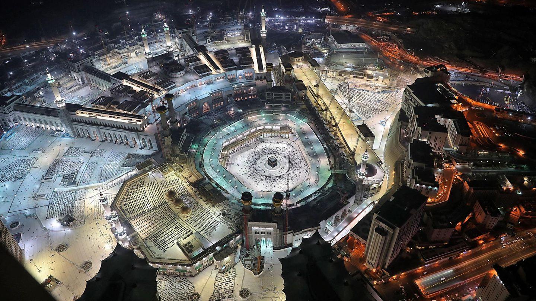 """Mekka, Saudia-Arabien. Muslime umrunden die Kaaba. Die Wallfahrt Hadsch findet wegen der Coronavirus-Pandemie erneut unter strengen Auflagen statt. Der große Ansturm steht noch bevor.Dieses Jahr beginnt der Hadsch Mitte Juli. Es werde inMekkaein """"sicheres Umfeld"""" geschaffen, um die Gesundheit der Pilger zu schützen, kündigte das zuständige Ministerium der Staatsagentur SPA zufolge an.Für gläubige Muslime zählt die Wallfahrt zu den fünf Grundpflichten. Jeder fromme Muslim, der gesund ist und es sich leisten kann, sollte einmal im Leben nachMekkapilgern und die Kaaba umrunden."""