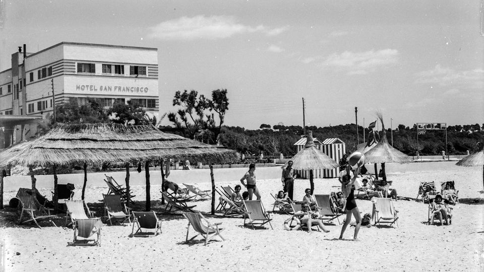 """An der Platja de Palma im Jahre 1958: Das Hotel San Francisco war 1953 eines der ersten Hotels an der berühmten Uferpromenade. Das Foto ist dem Bildband """"Mallorca clássica"""" von Josep Panas i Montanyà entnommen, der im Heel Verlag erschien."""