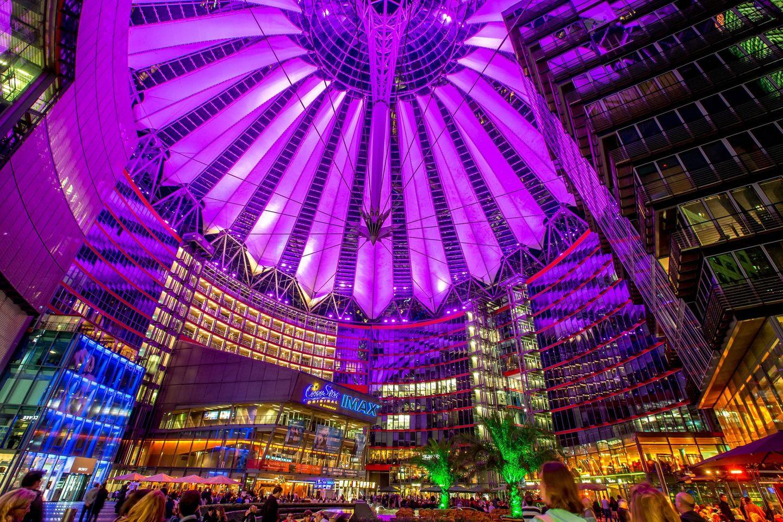 Berlin: Sony Center  Unverwechselbar am Potsdamer Platz: die illuminierte Dachkonstruktion des Gebäudeensembles über dem öffentlichen Raum des Centers. Dieses glaserne Zelt muss gleichzeitig auch ein denkmalgeschütztes Bauwerk integrieren, die Reste der historischen Hotels Esplanade.