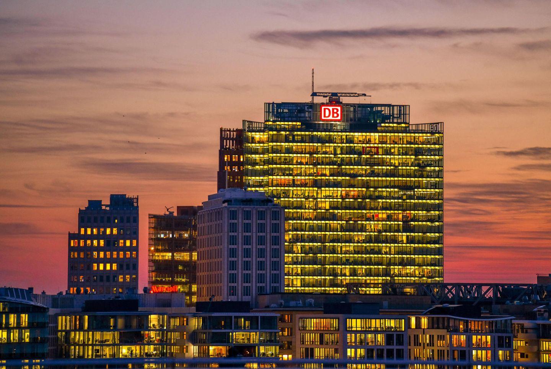Berlin: Bahn Tower  20 Jahre alt ist inzwischen der neue Hauptsitz der Bahn am Potsdamer Platz. Das 26 Stockwerke umfassende Bürohaus entwarf Jahn Ende der 90er Jahre in Zusammenhang mit einem weiteren Gebäude in der Nachbarschaft.