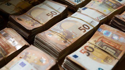 Mehrere Stapel mit 500-Euro-Scheinen